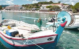Bateau de pêcheur à Pinarellu - Locations en Corse